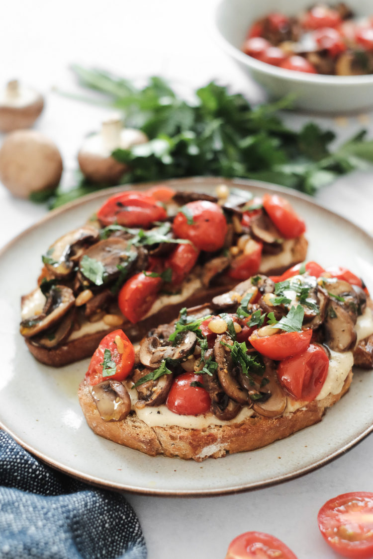 Deux toasts au tahini champignons et tomates cerises