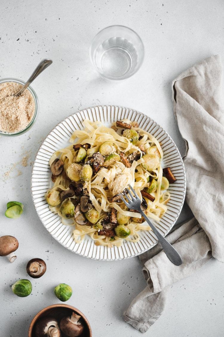 Tagliatelle aux choux de Bruxelles, champignons et lardons de tofu fumé
